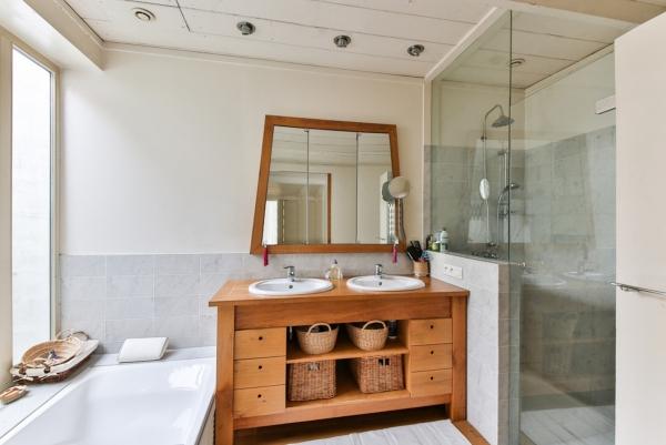 Wanna czy prysznic? Co powinno znaleźć się w łazience osoby starszej?